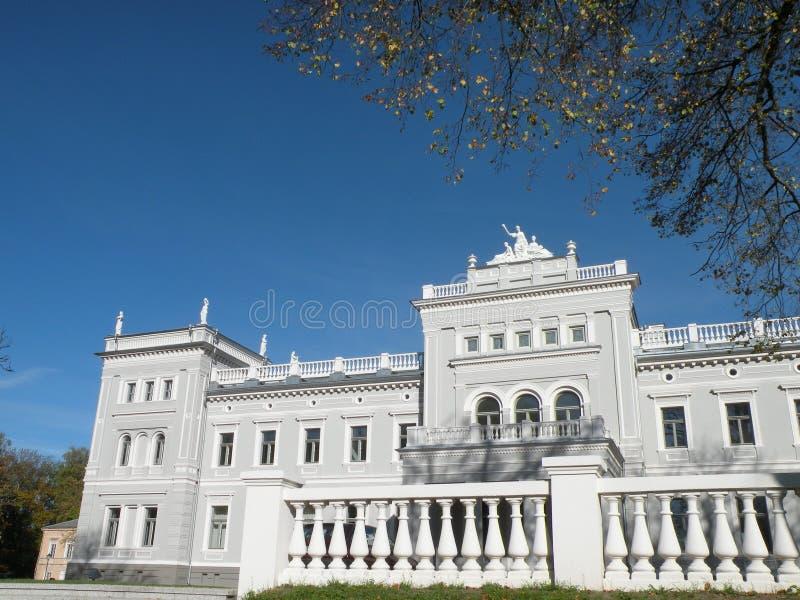 Palais blanc de domaine, Lithuanie images stock
