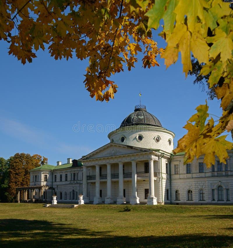 Palais blanc entouré avec des arbres d'automne photo stock