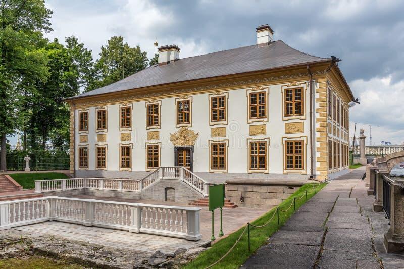 Palais d'été de Peter le grand dans le jardin d'été à St Petersburg photographie stock