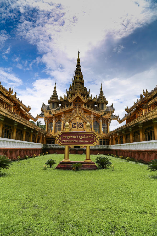 Palais d'or de Kambawzathardi dans Bago photo stock