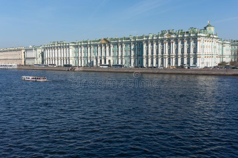 Palais d'hiver dans le jour d'?t? du soleil petersburg Russie photo stock