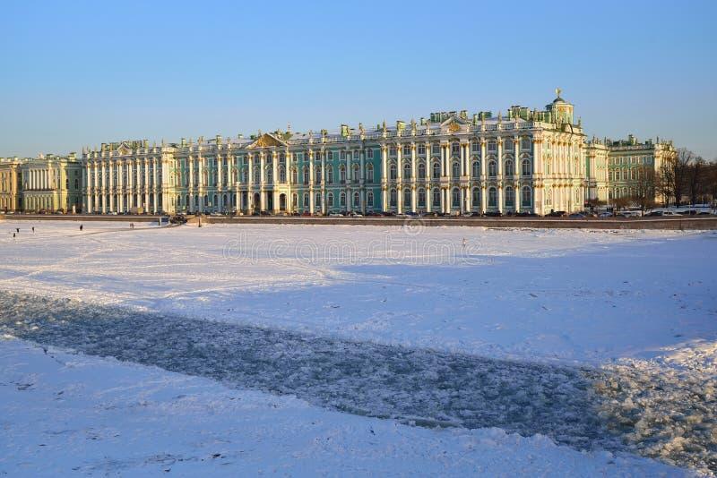 Palais d'hiver et fairway congelé de glace sur la rivière de Neva, b cassé images stock