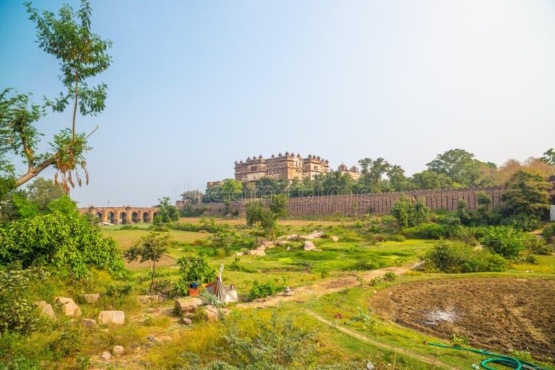 Palais d'Orchha, jour ensoleillé et ciel bleu, paysage vert et champs cultivés autour Orcha également écrit, destination célèbre  images libres de droits