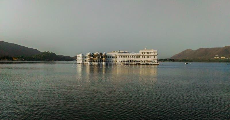 Palais dans le lac de l'udaipur Inde images libres de droits