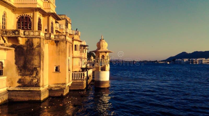 Palais dans le lac de l'udaipur Inde images stock