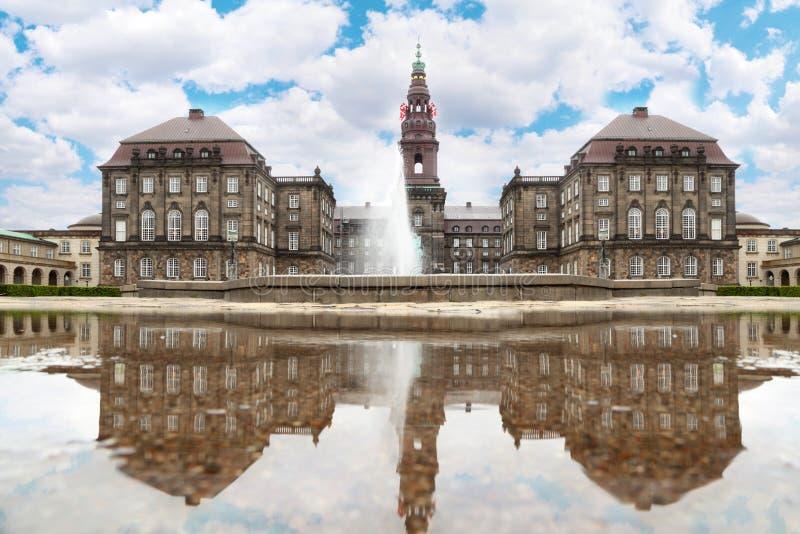 Palais de Christiansborg avec la fontaine photographie stock libre de droits