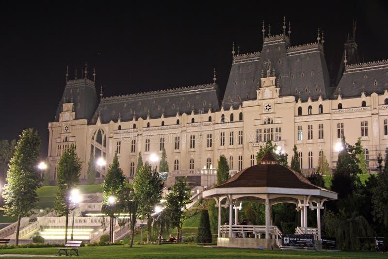 Palais de culture dans Iasi (Roumanie) la nuit images libres de droits
