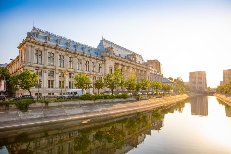 Palais de justice dans le coucher du soleil à Bucarest image libre de droits