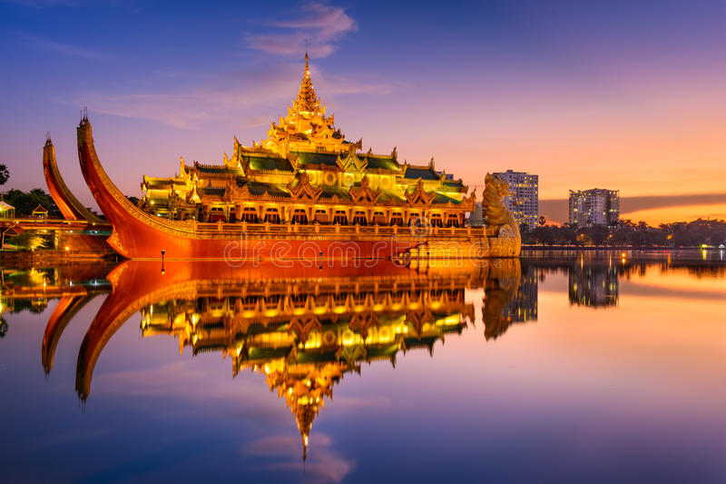 Palais de Karaweik dans Myanmar photo stock