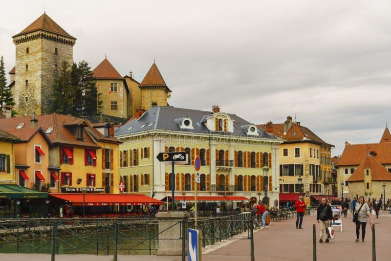 Palais de l castelo da ilha do ` no rio de Thiou em Annecy, couve-de-milão, França imagens de stock