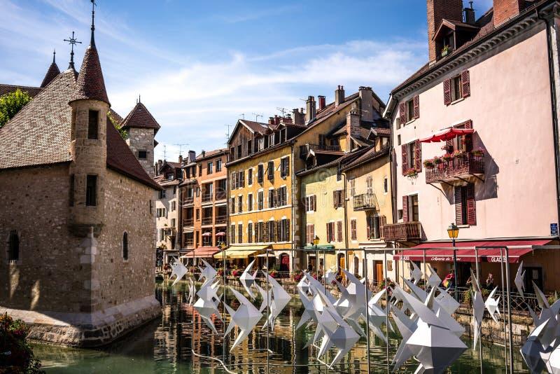 Palais de l castelo medieval da ilha em Annecy com sculptu de Origamis imagens de stock royalty free