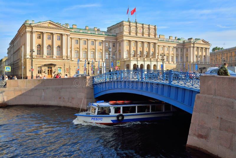 Palais de Mariinsky et pont bleu au-dessus de la rivière de Moika dans le saint-p photo stock