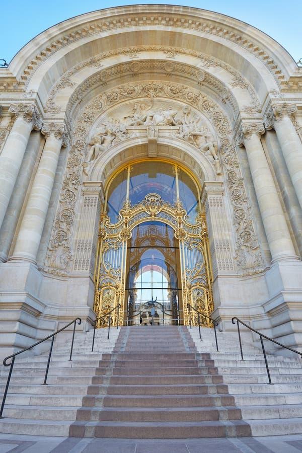 Palais de Petit Palais, belle entrée décorée d'escalier photographie stock