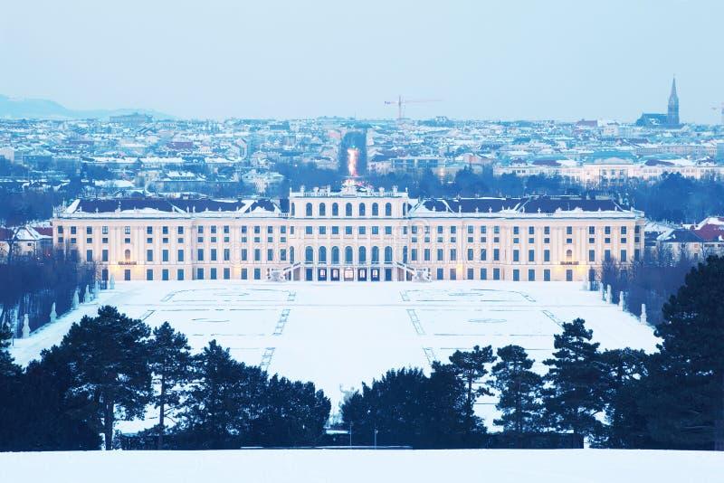 Palais de Schonbrunn à la soirée de l'hiver à Vienne photographie stock