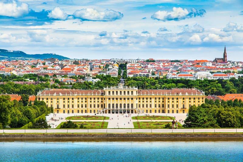 Palais de Schonbrunn avec le grand jardin de Parterre à Vienne, Autriche images stock