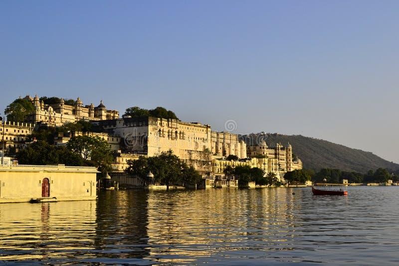 Palais de ville d'Udaipur et lac Pichola photos stock