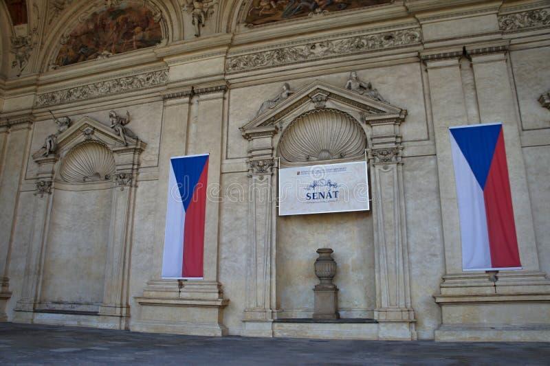 Palais de Waldstein dans le strana de Mala avec les drapeaux tchèques, Prague - Chambre de sénat photos libres de droits
