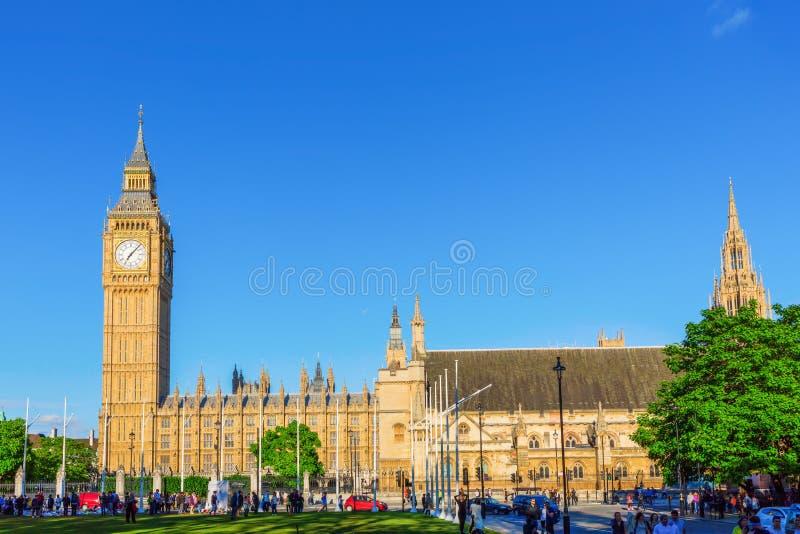 Palais de Westminster et de Big Ben avec les personnes non identifiées images libres de droits