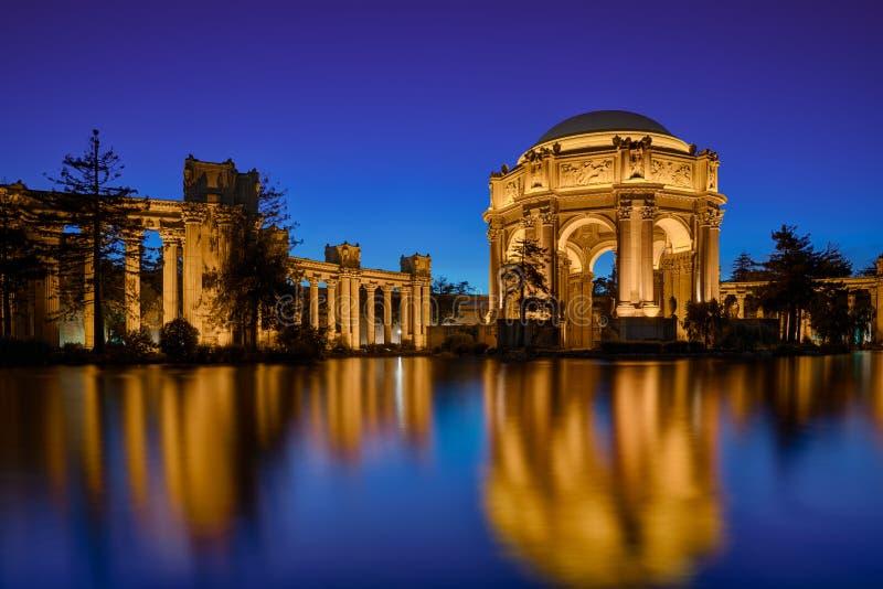 Palais des beaux-arts la nuit images stock