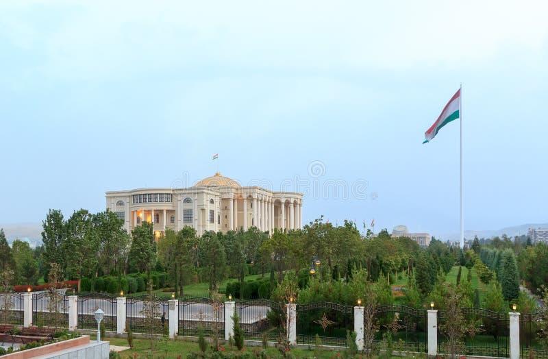 Palais des Nations e asta della bandiera con una bandiera Dushanbe, Tajikistan immagini stock libere da diritti