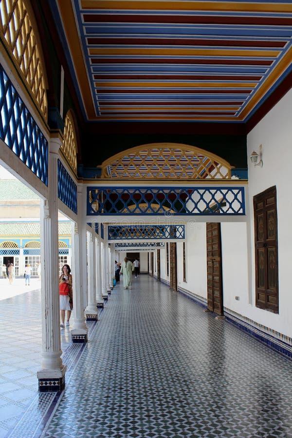 Palais du Bahia - un des couloirs avec les planchers et les plafonds ornementaux photo libre de droits