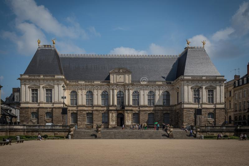 Palais du el Parliament de Bretaña, la calle vieja Bretaña, Francia del centro de ciudad de Rennes imagenes de archivo
