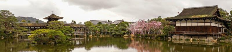 Palais en bois antique avec des fleurs de cerisier images stock
