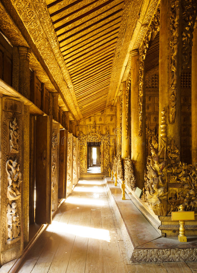 Palais en bois de Shwenandaw Kyaung, Mandalay, Myanmar photo stock