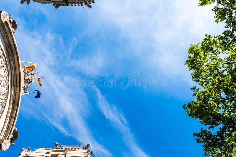 Palais et arbres de Barcelone du fond image stock