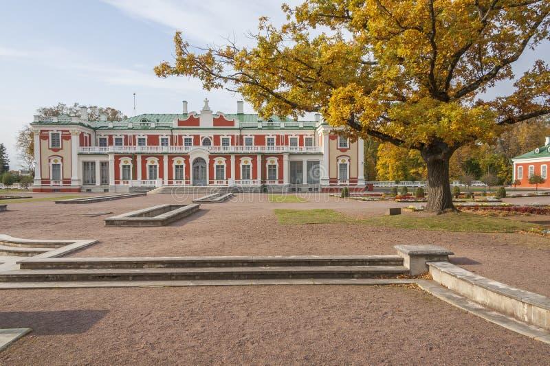 Palais et chêne de Kadriorg image stock