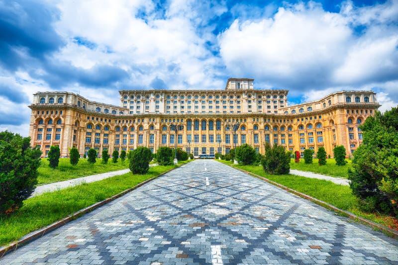 Palais fantastique d'architecture du Parlement de Bucarest au jour ensoleillé photographie stock