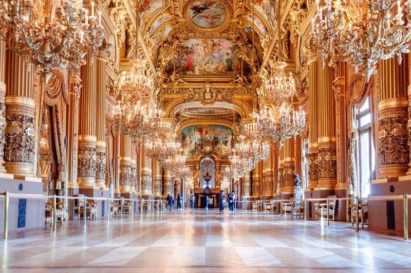 Palais Garnier-The nationell opera av Paris, storslagen foajé fotografering för bildbyråer