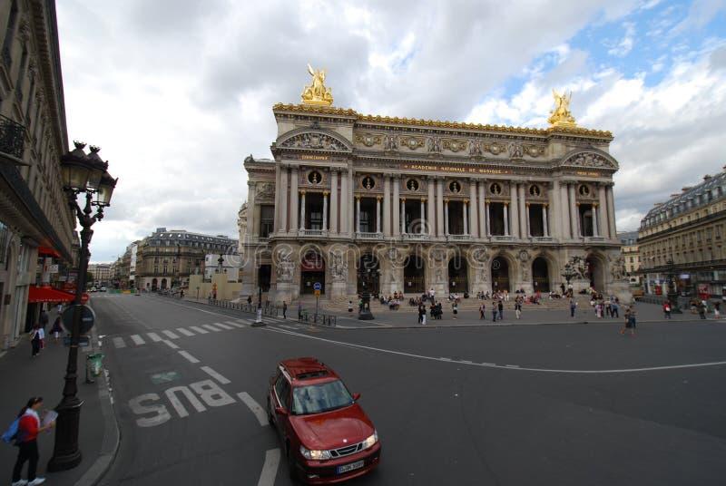 Palais Garnier, samochód, punkt zwrotny, niebo, obszar wielkomiejski obrazy stock