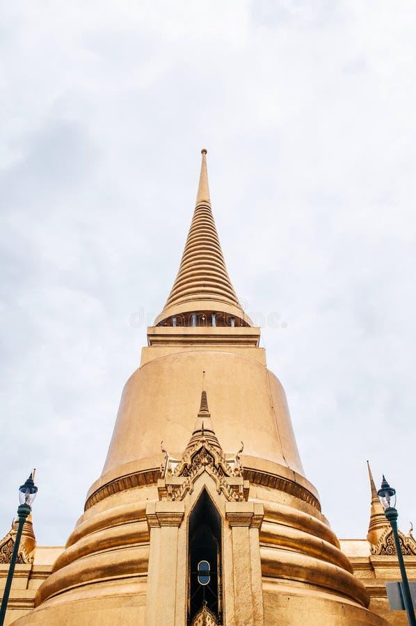 Palais grand de Bangkok de pagoda d'or d'artisan - Wat Phra Kaew - fin de support image stock