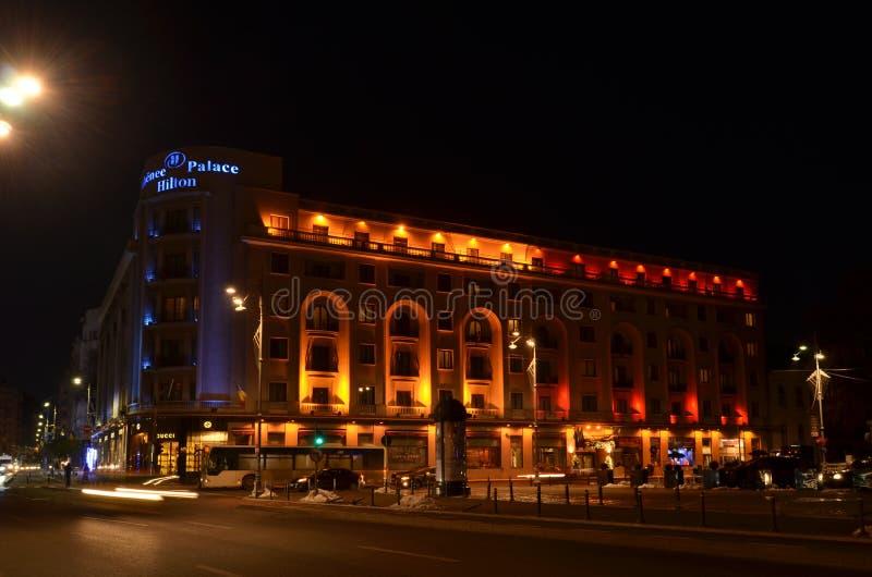 Palais Hilton d'Athenee en couleurs de drapeau roumain image libre de droits