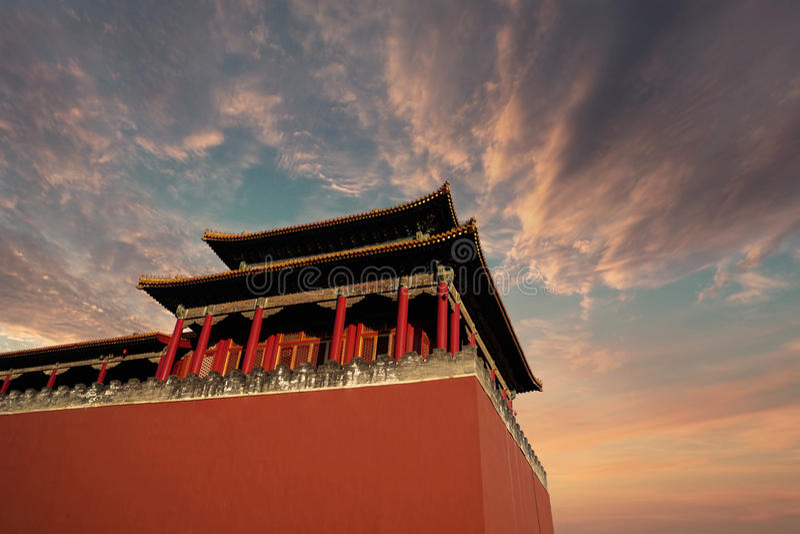 Palais impérial historique avec le ciel crépusculaire photos stock