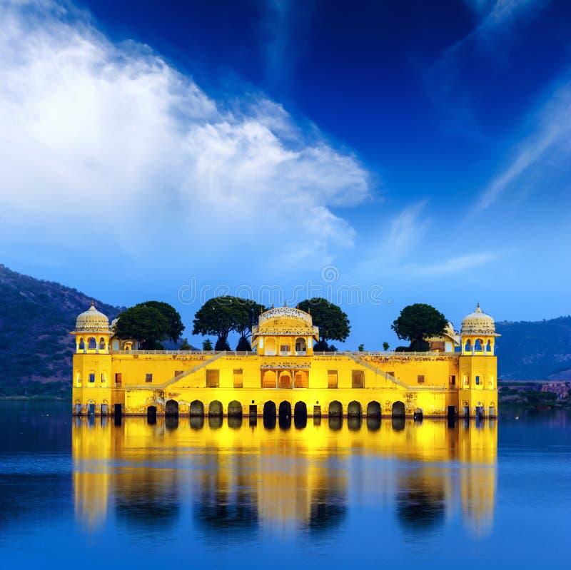 Palais indien de l'eau sur le lac jal Mahal à la nuit à Jaipur image libre de droits