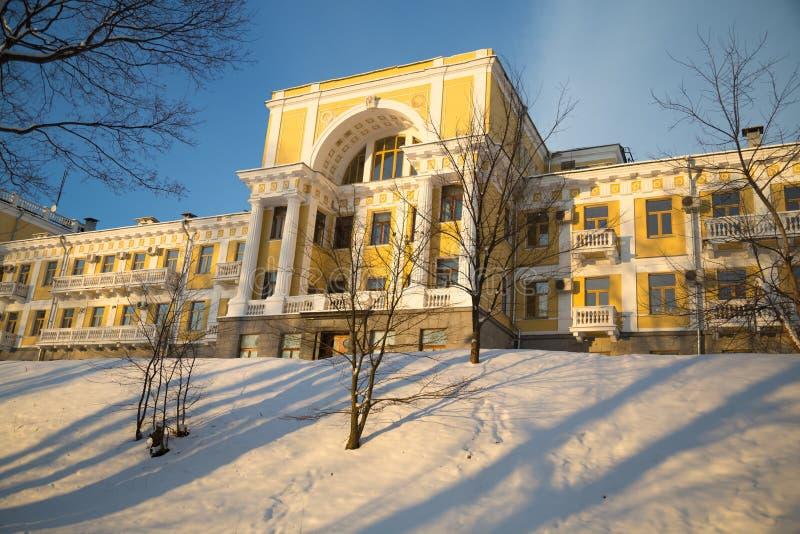 Palais jaune avec des colonnes dans le Musée-domaine Arkhangelskoye photo libre de droits