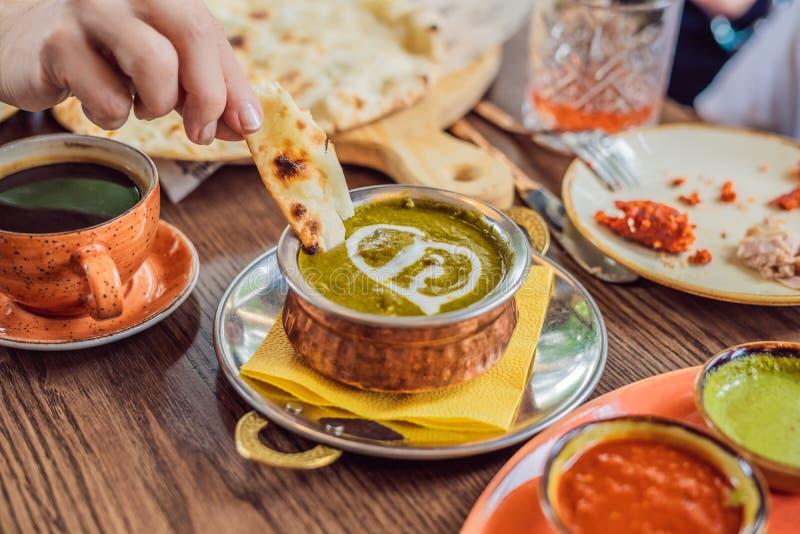 Palak Paneer curry som utgjordes av spenat och keso, populär indisk sund meny för lunchmatställemat, tjänade som i a arkivfoton