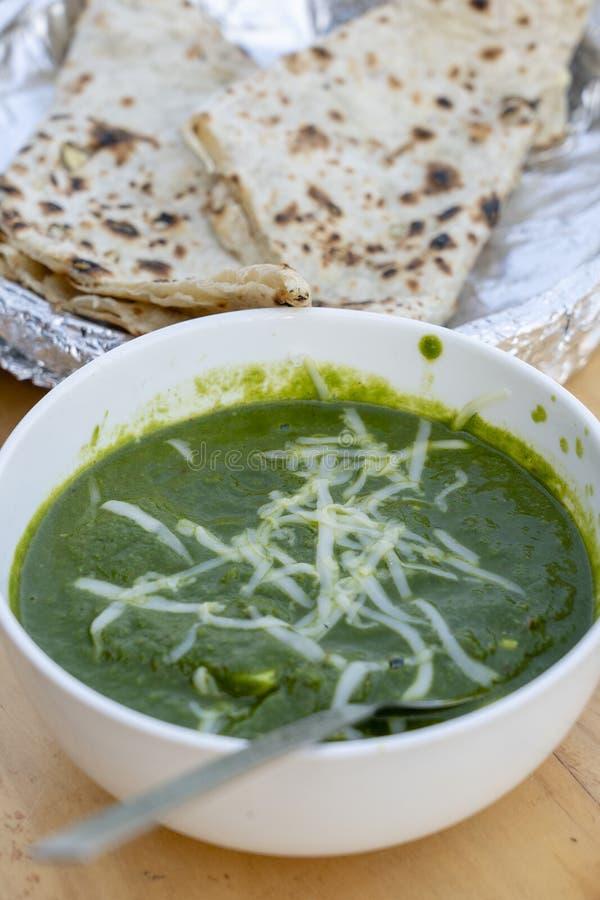 Palak paneer eller spenat- och kesocurry är ett sunt recept för huvudsaklig kurs i Indien Populär indisk sund mat, tjänade som arkivfoto