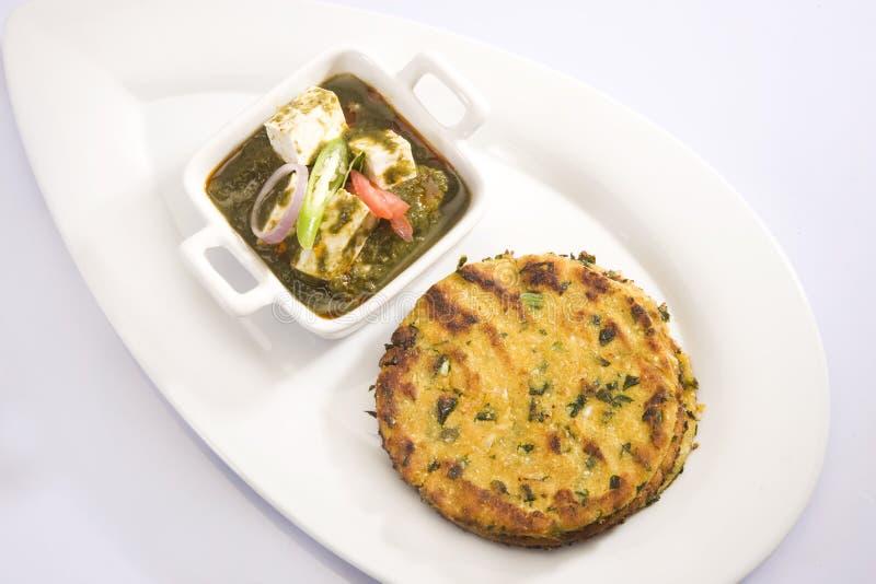 Palak Paneer o espinaca y queso con Makki Ki Roti fotos de archivo