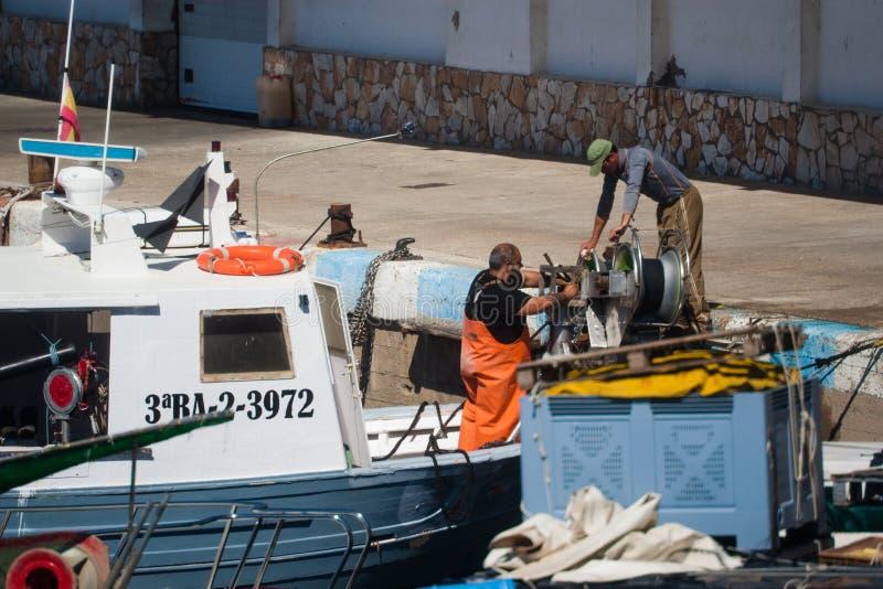 Palamos, Catalogne, peut 2016 : Pêcheurs nettoyant et réparant m image stock
