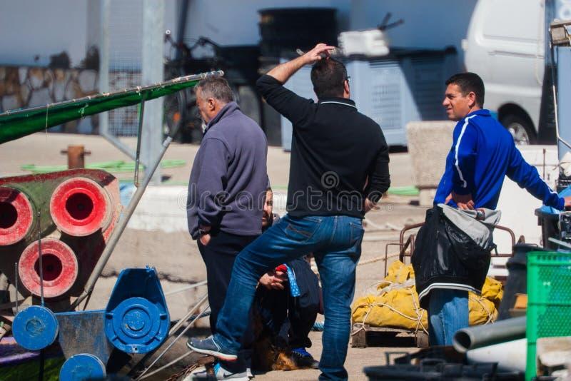 Palamos, Catalonië, kan 2016: de vissers bereiden motorboot voor stock afbeeldingen