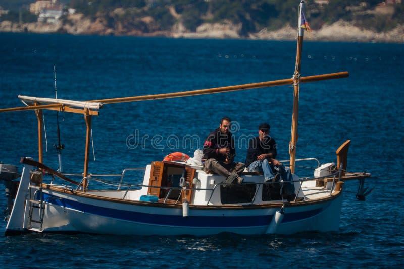 Palamos, Catalonië, kan 2016: Vissers op een kleine boot royalty-vrije stock foto