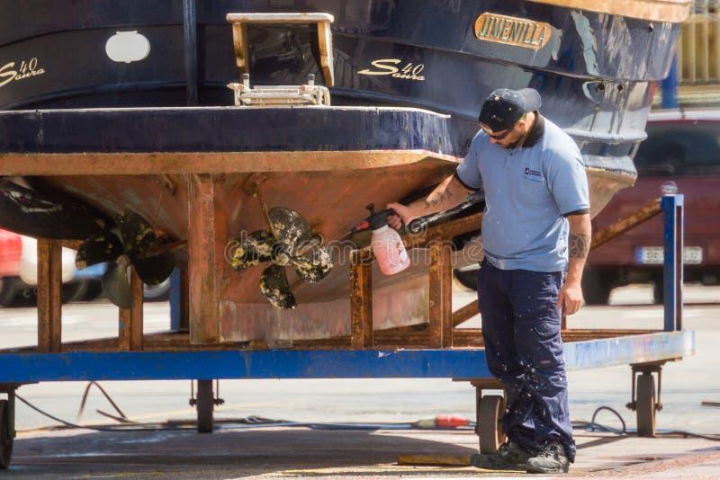 Palamos, Catalonië, kan 2016: Vissersboot visserijsleepnetten royalty-vrije stock foto's