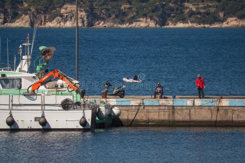 Palamos, Catalonia, może 2016: Rybacy na molu zdjęcia royalty free