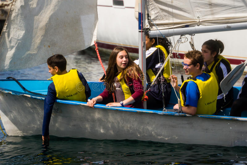 Palamos, Cataluña, puede 2016: niños que aprenden navegar en el yate imágenes de archivo libres de regalías