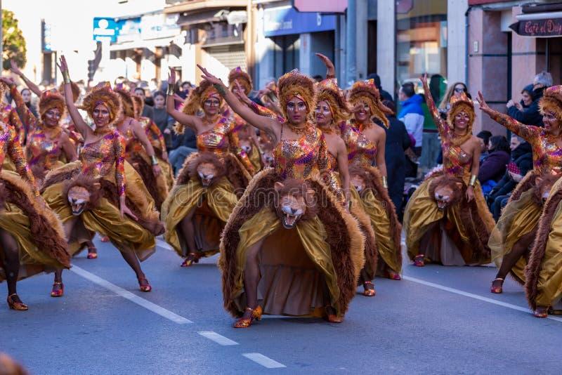 Palamos, Espanha - 10 de fevereiro de 2018, parada de carnaval tradicional em uma cidade pequena Palamos, em Catalonia, na Espanh foto de stock