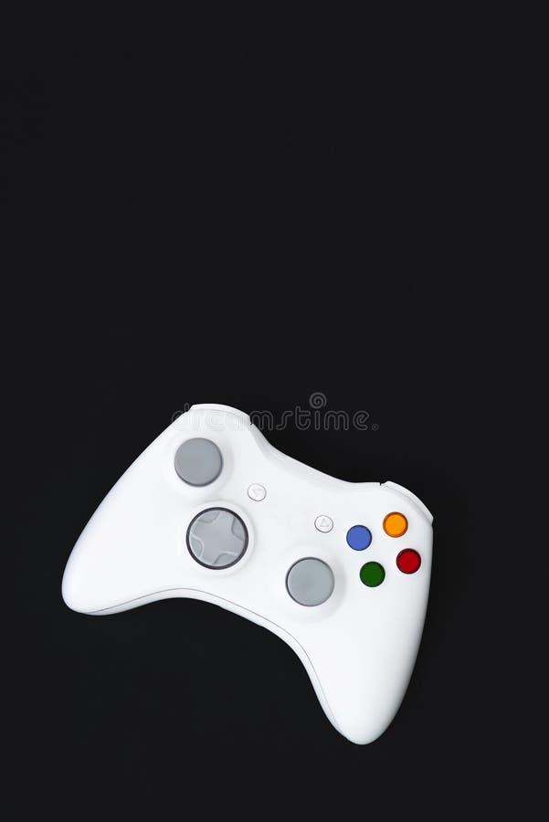 Palanca de mando blanca en fondo negro El gamepad para la consola se aísla en un fondo oscuro foto de archivo libre de regalías