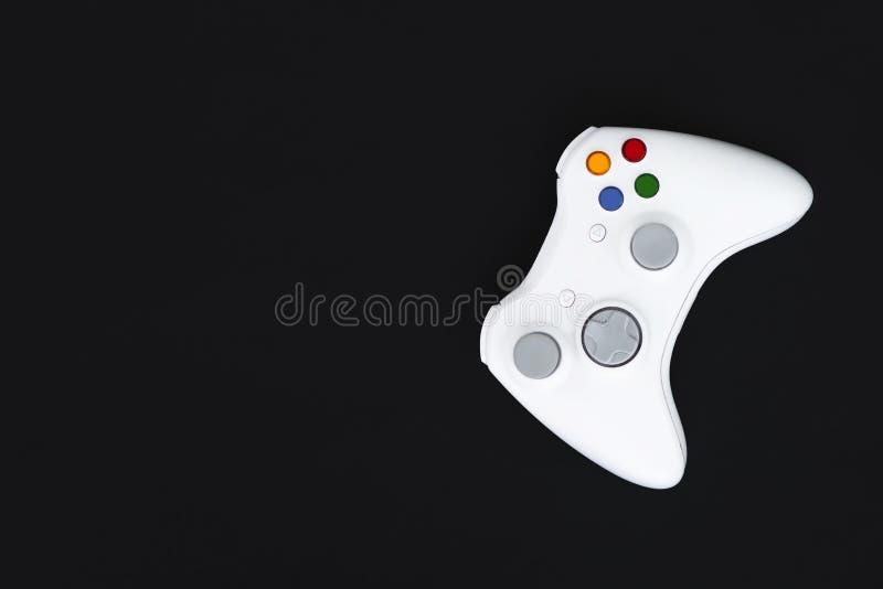 Palanca de mando blanca en fondo negro El gamepad para la consola se aísla en un fondo oscuro imágenes de archivo libres de regalías